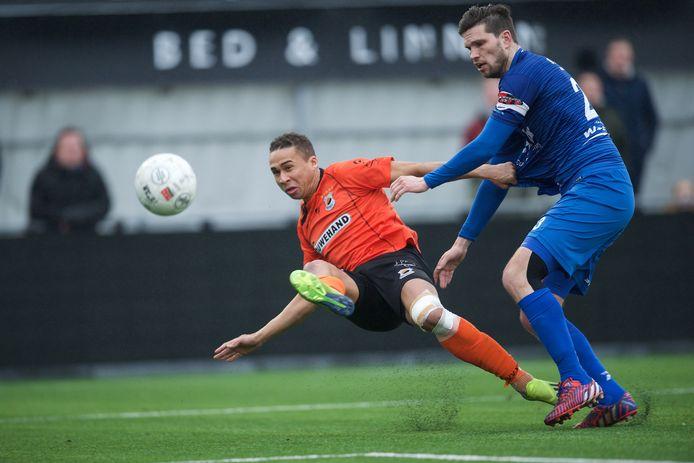 De Treffers-aanvoerder Pim Balkestein (r) in duel met Katwijk-spits Marciano Mengerink.