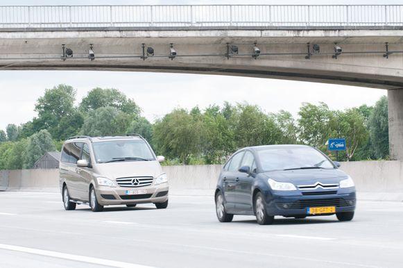 Camera's met nummerplaatherkenning hangen onder de brug van de Machelsestraat over de E17 in het Oost-Vlaamse Kruishoutem.