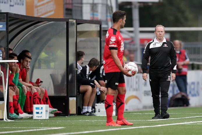 Helmond Sport-trainer Wil Boessen moet het tegen NAC zonder de geschorste Guus Joppen (voorgrond) doen.