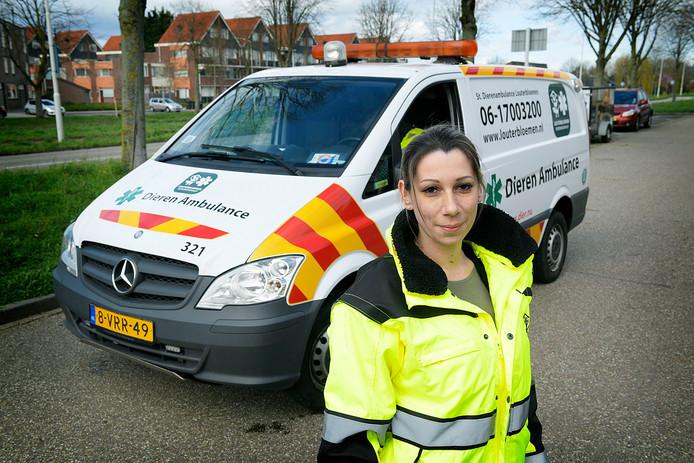 Chauffeur Margriet van Nieuwkerk van Louterbloemen is blij met de vierde ambulance.