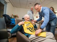 Vitesse-shirt met rugnummer 100 voor jarige Bob Klunder. 'We kunnen wel wat routine gebruiken'