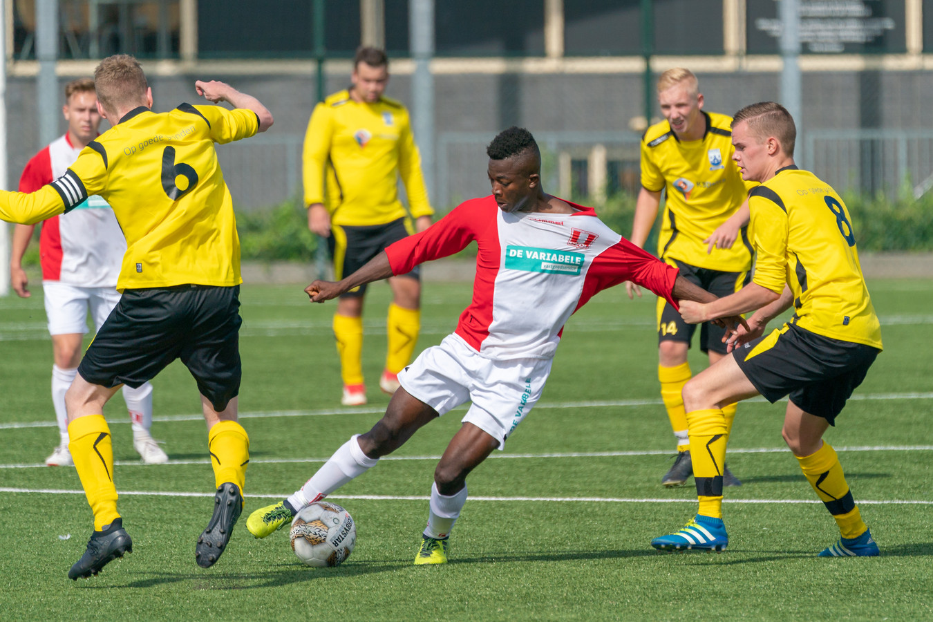 Yaya Camara van DVOL (rood witte shirt) houdt meerdere tegenstanders van RKPSC bezig.