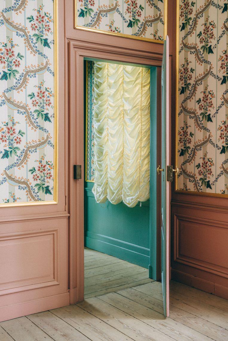 De toegang tot één van de slaapkamers boven, een stuk bescheidener dan de benedenverdieping. De heer en vrouw des huizes sliepen gescheiden, zoals toen de gewoonte was