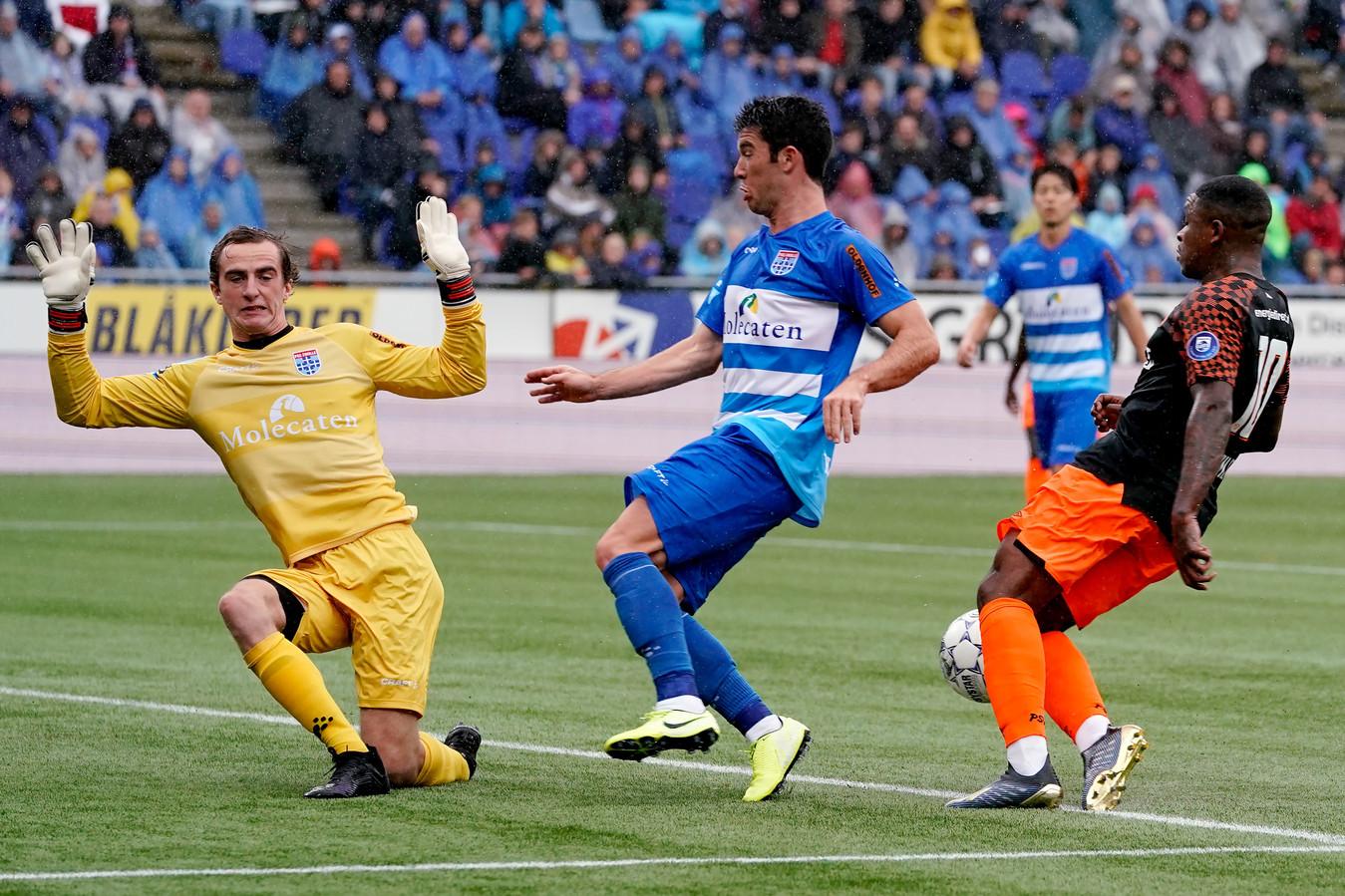 Xavier Mous (links) ging bij de 0-1 van PSV niet helemaal vrijuit.