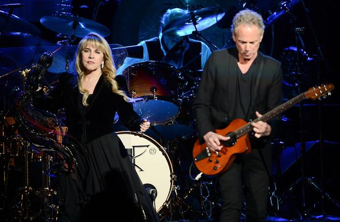 Stevie Nicks (L) en gitarist  Lindsey Buckingham (R)