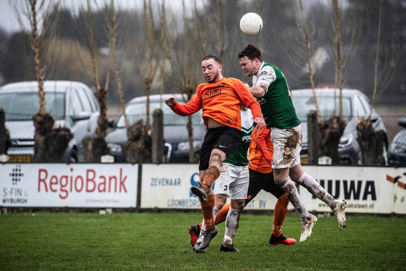 Gevecht om de bal bij de derby tussen Gelders Eiland en SDZZ in de vijfde klasse C.