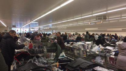 """""""Sommigen vullen tot drie winkelkarren"""": stormloop op stockverkoop Aldi in Kortrijk"""