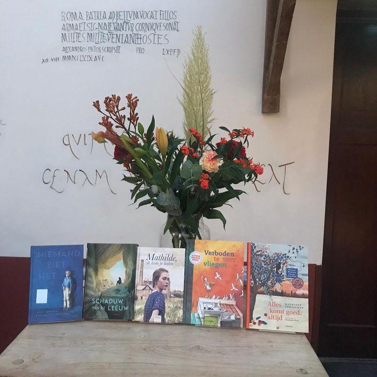 De boeken van de genomineerden voor de Thea Beckmanprijs op een rijtje. Vlnr: Niemand ziet het (Dolf Verroen), Schaduw van de leeuw (Linda Dielemans), Mathilde, ik kom je helpen (Inez van Loon), Verboden te vliegen (Martine Letterie), Alles komt goed, altijd (Kathleen Verreecken) Beeld Archeon