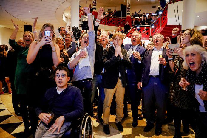 Lijsttrekker Eric de Bie (midden) kan het bijna niet geloven: Forum voor Democratie dendert met negen zetels de Provinciale Staten in Brabant binnen.