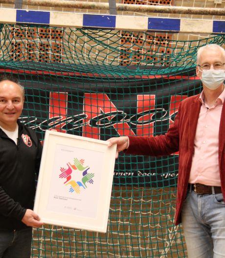 Auni-toernooi uit Hengelo krijgt landelijke prijs voor verdraagzaamheid uitgereikt