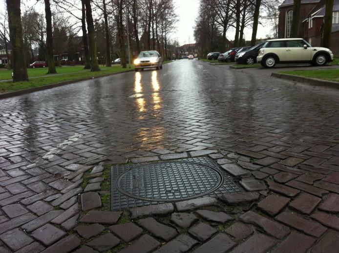 De Veghelsedijk in Uden is dringend toe aan een ingrijpende opknapbeurt.
