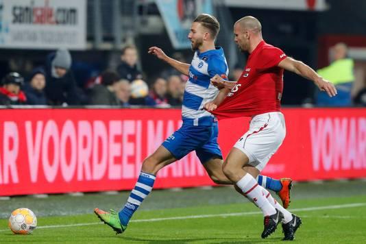 Fabian Serrarens vecht een duel uit met AZ-verdediger Ron Vlaar.