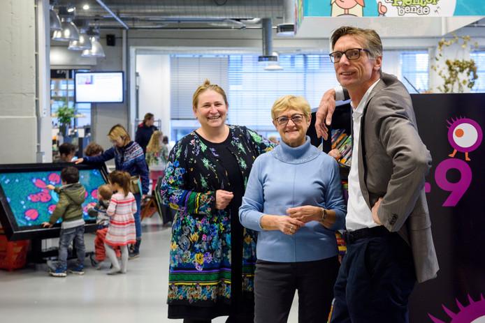 EINDHOVEN - Mary Fiers, Hanny Jacobs en Wiep Folkerts (vlnr), met op de achtergrond spelende kinderen.
