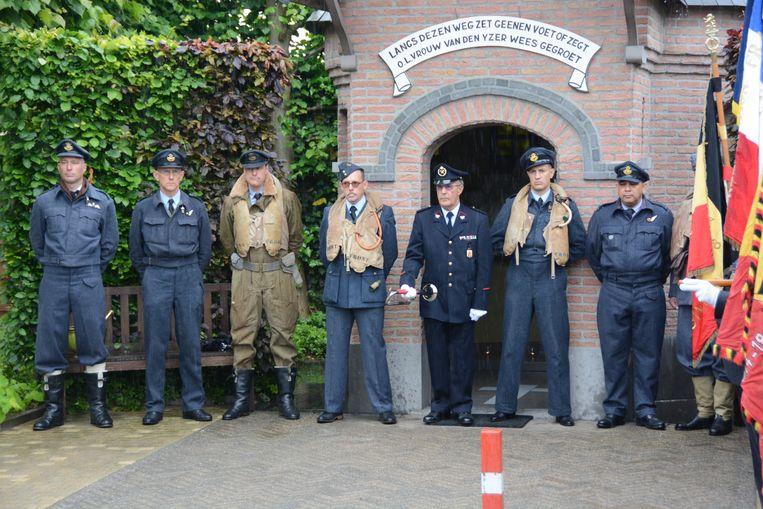 De zeven omgekomen bemanningsleden van de bommenwerper werden voor deze gelegenheid vertegenwoordigd door acteurs in de originele kledij.