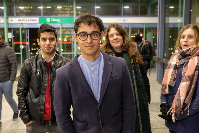 Omran Barikzai (met bril) wordt gesteund door zijn broer (links) en voormalige lerares (rechts).