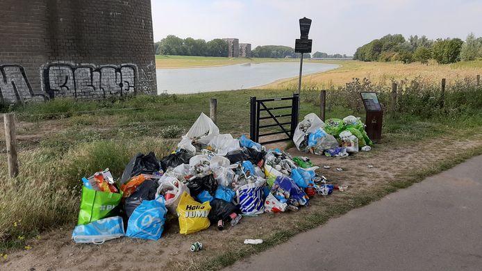 Afval onder de John Frostbrug in Arnhem na een tropisch weekend met veel badgasten aan de rivieroever.