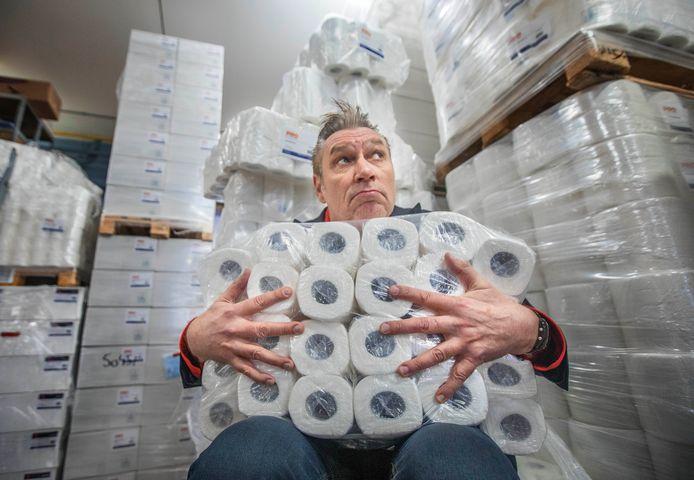 Sjaak Bral heeft meer dan genoeg wc-papier, maar hoe ziet zijn haar er over een maand uit?