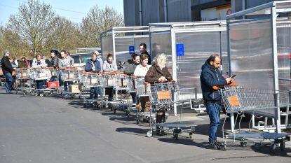 Beperkt aantal klanten mag binnen in Colruyt Menen: lange wachtrij op de parking
