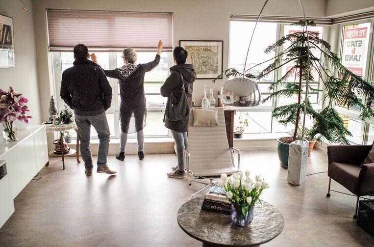 Geïnteresseerden bekijken een appartement tijdens de landelijke Openhuizendag.    Beeld Jiri Buller