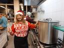 Een Iraanse vrijwilliger in de keuken.