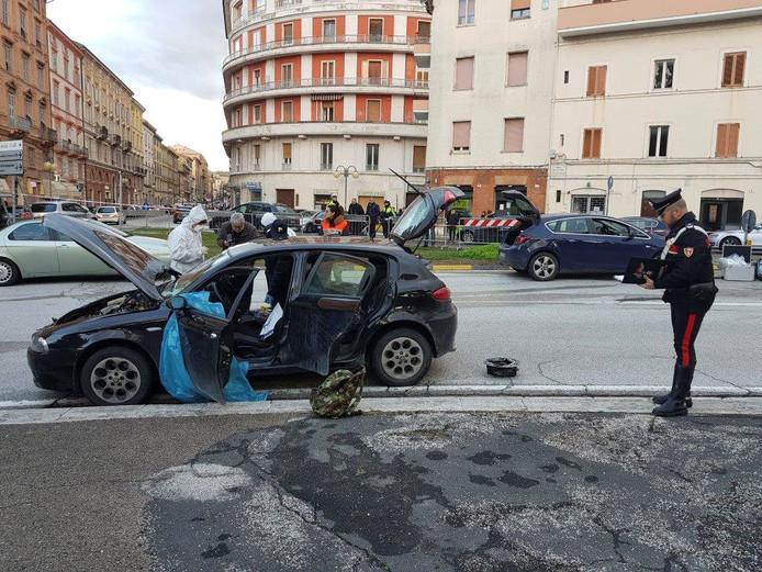 De auto van Luca T. wordt doorzocht na de schietpartij.
