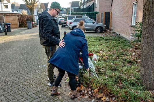 Buurtbewoners leggen bloemen op de plek waar het slachtoffer werd aangereden.