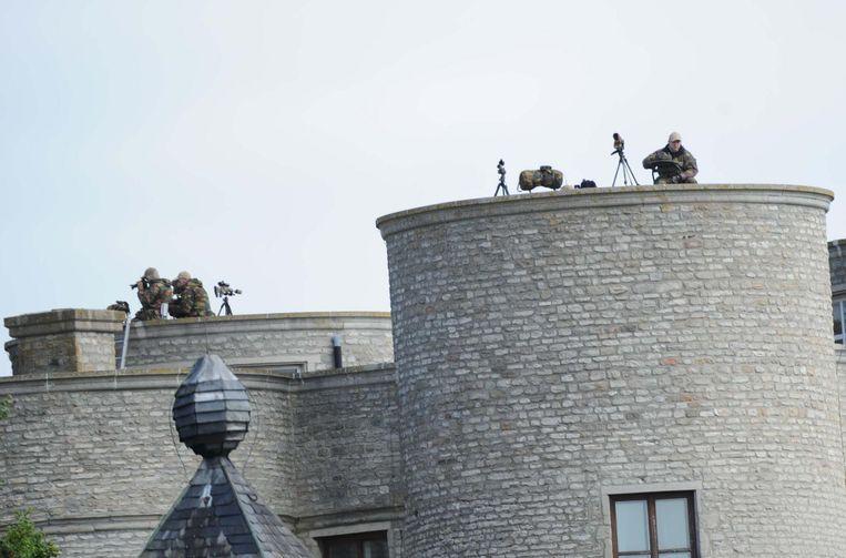 Sluipschutters houden vanop het dak een oogje in het zeil.