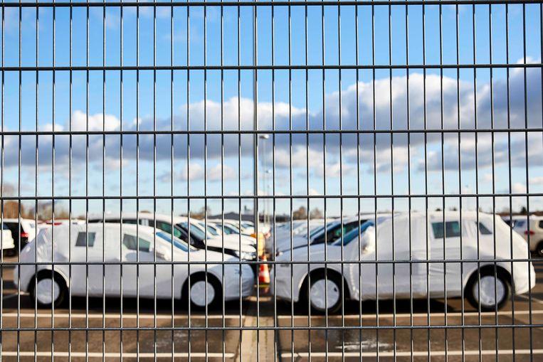 Bij de Volkswagenfabriek in het Duitse Wolfsburg staan nieuwe, ingepakte auto's klaar voor transport. Beeld EPA