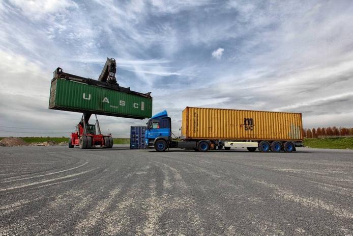 Geen last van buren. Aan de Conradweg op bedrijventerrein Noordland heeft Markiezaat Container Terminal alle ruimte om lege containers te stallen, het nieuwe terrein is bijna net zo groot als een voetbalveld.