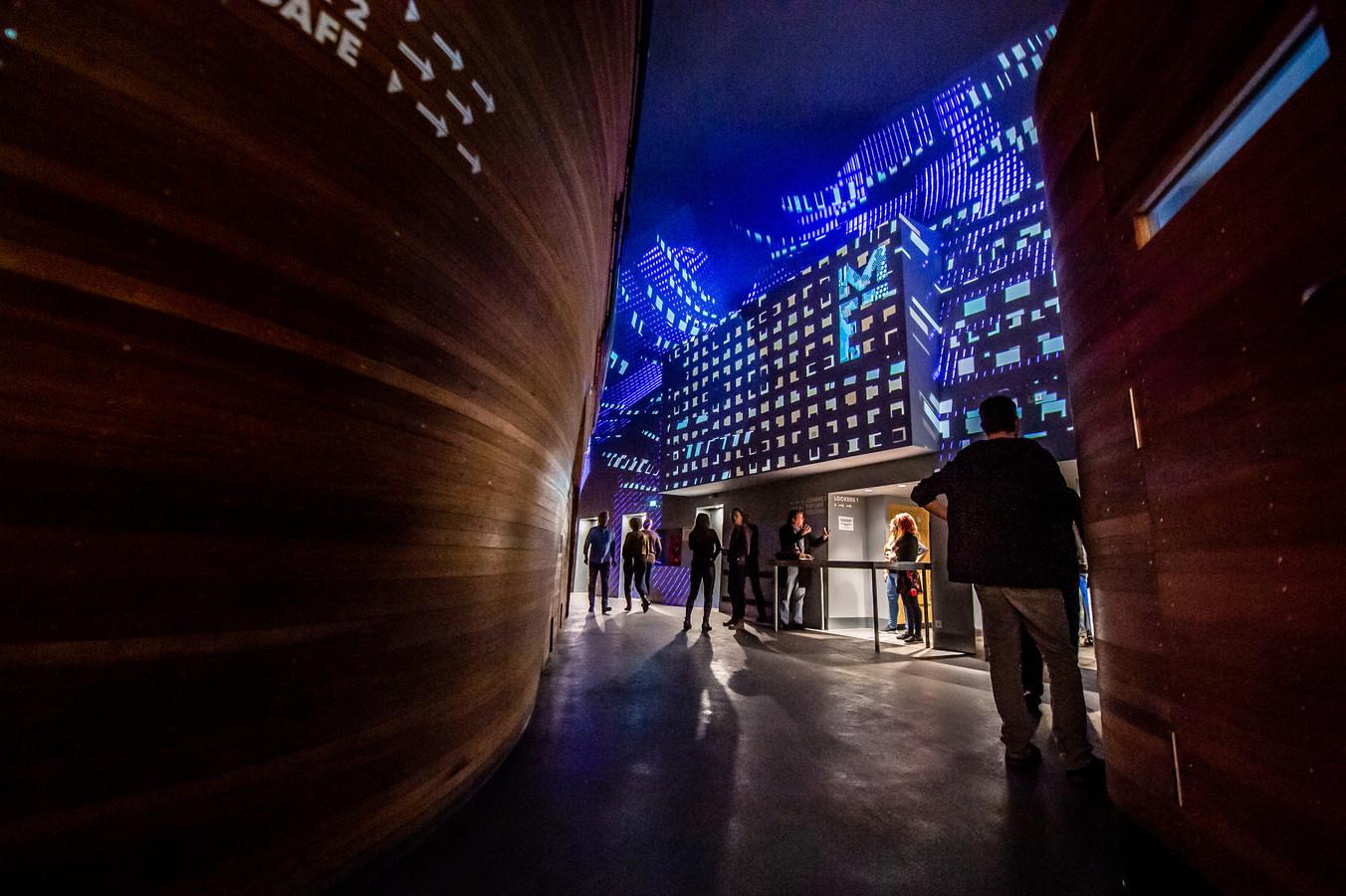 Breda, foto; Joris Knapen | Pix4Profs  In de foyer van Mezz is met vier beamers een videowall gecreëerd.