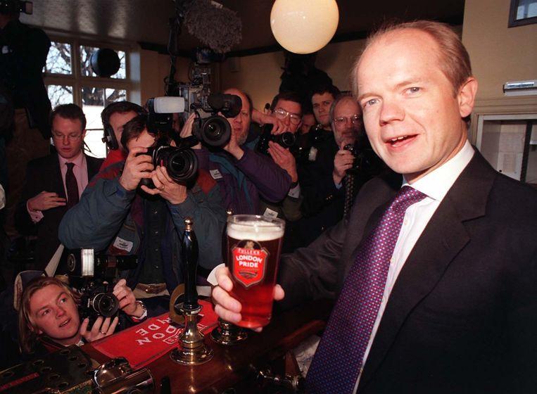 De voormalige Conservatieve leider William Hague probeerde tijdens de verkiezingscampagne van 2001 van zijn imago als politieke nerd af te komen door te poseren met een flink glas bier. Beeld Daily Mail