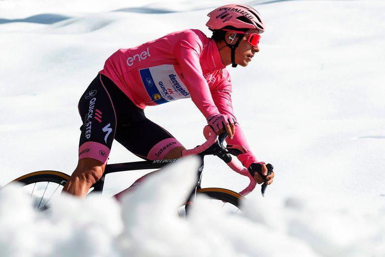 Joao Almeida, de drager van de roze leiderstrui, tijdens de 17e etappe van de Giro d'Italia. Beeld AFP