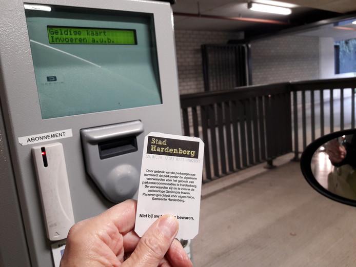 Nu moet nog worden betaald voor een plekje in de parkeergarage onder het gemeentehuis van Hardenberg. Na de zomer van 2021 wordt hier parkeren de eerste drie uur gratis.