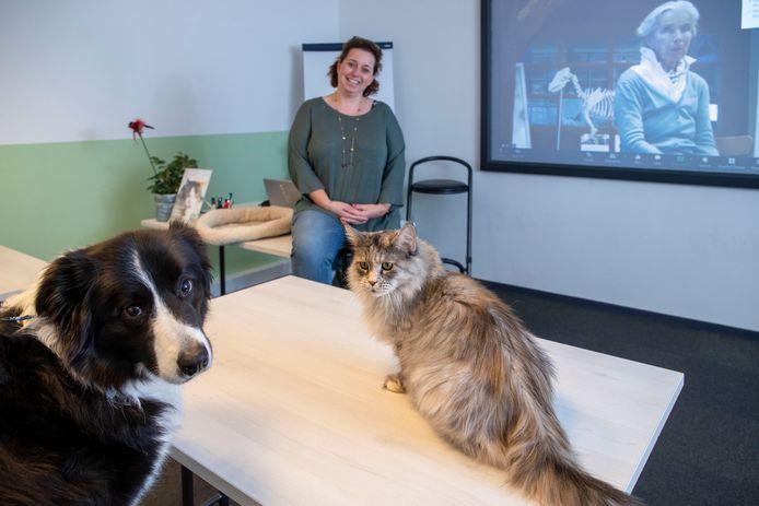 Hond Thomas en kat Truus schuiven aan bij een digitale les over Bachbloesem, samen met 'baasje' Sonja van Leeuwen.