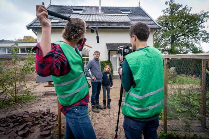 Eva Oosterwegel woont in een duurzame woning, die zij openstelt voor belangstellend publiek, op de foto haar man Sicco Boetzelaer en dochter Tamar.