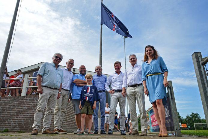 Samen met de bestuurders van de fuserende voetbalverenigingen in Oisterwijk hees sporwethouder Stefanie Vatta juni 2019 de nieuwe vlag van Trinitas.