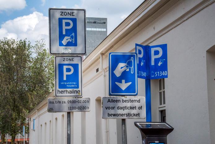 Parkeren aan de Jan Aartestraat.