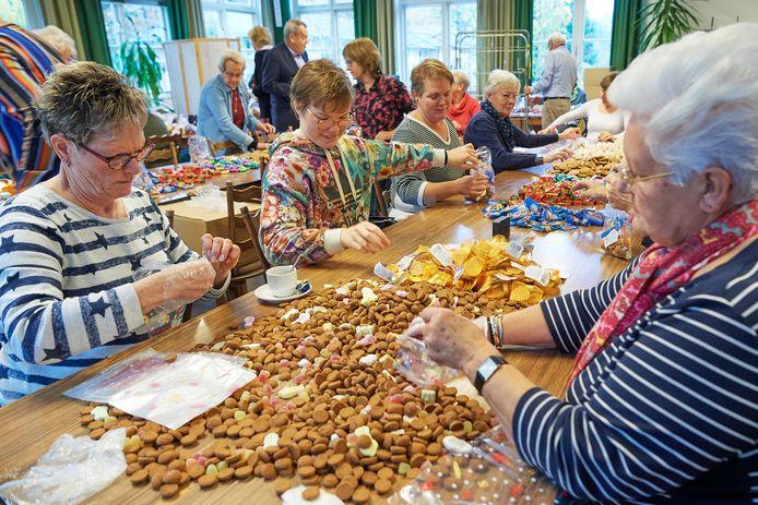 Vullen van de Snoepzakken in de Tuinzaal van het Franciscanessen klooster in Veghel Fotograaf: Van Assendelft