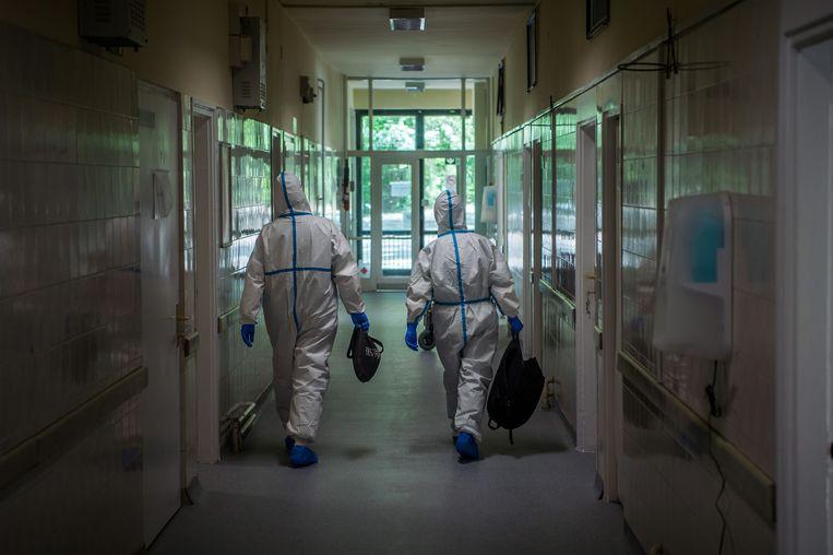 Ook onder artsen (die een spreekverbod hebben gekregen van de regering) heerst angst om de nepnieuwswet te overtreden. Beeld EPA