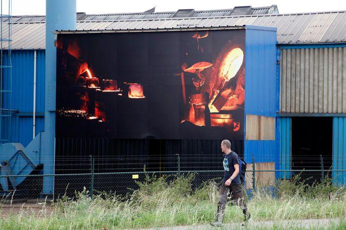 Zeeuws Vlaamse Gieterij aan de Westkade bij Sas van Gent met decoratie die het productieproces laat zien.