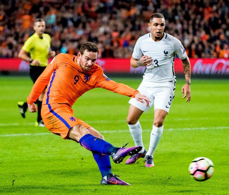 Vincent Janssen schiet, waarna de bal de hand raakt van Laurent Koscielny. Geen penalty, was het oordeel van de scheids. Beeld null