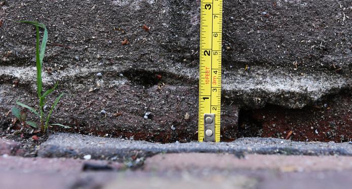De Herenstraat in Buren is drie centimeter gezakt.