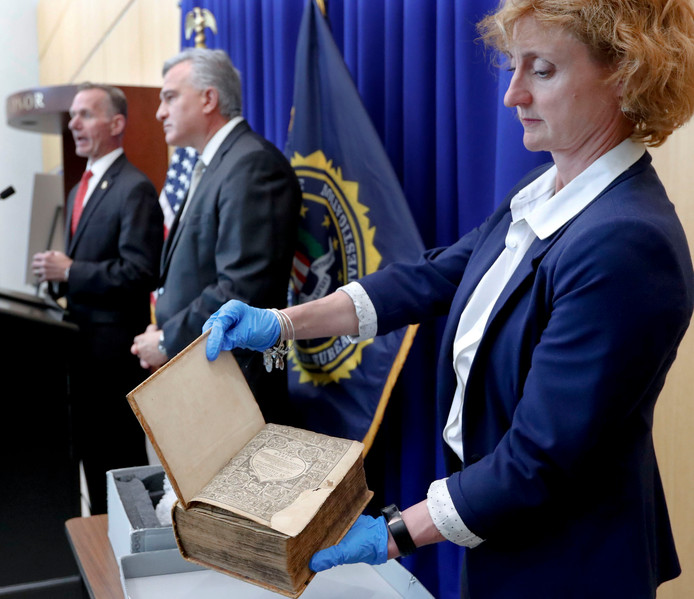 De teruggevonden Geneefse Bijbel werd gisteren tijdens een persconferentie van de FBI getoond in Pittsburgh.