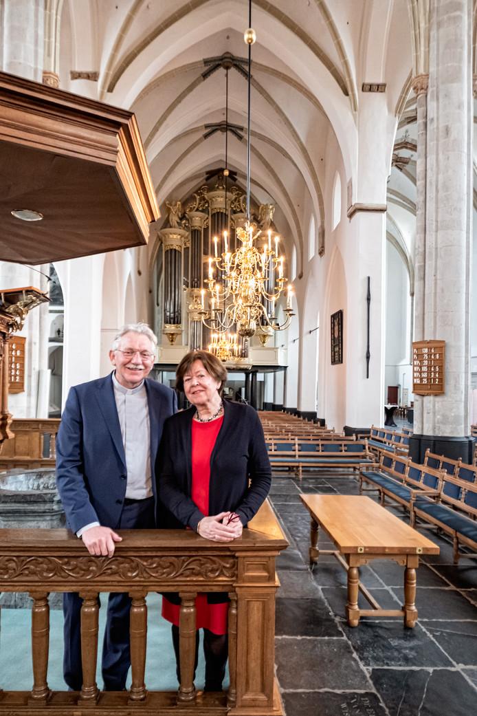 Predikant Klaas van der Kamp (l) en verhuurcoördinator Annet van Goor (r) waren betrokken bij de herdenkingsdienst in de St. Joriskerk.