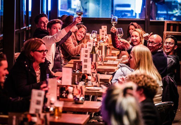 Laatste keer op het terras bij restaurant Post in Dordrecht voordat deze voor vier weken sluit door de huidige corona maatregelen.