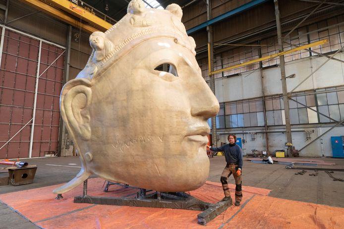 Het Romeinse masker, beeld van Andreas Hetfeld in de voormalige hal van Bodewes, Millingen krijgt vorm., 8-11-2019 .