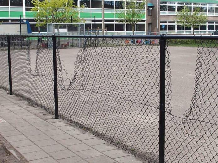 Naar aanleiding van de vernielingen van de tijdelijke units werd een hekwerk geplaatst rondom het speelveldje. Dit hekwerk werd al binnen een week vernield.