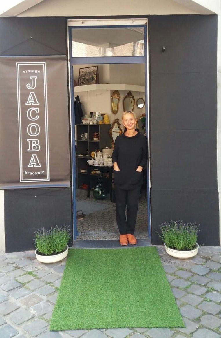 Petra Goditiabois in de deur van haar nieuwe zaak 'Jacoba'.