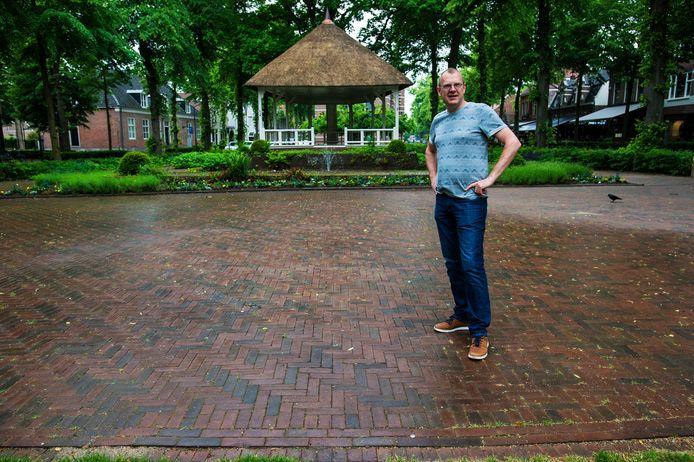 Joris van der Pijll naast de plek waar eens de dorpspomp stond: 'Ik luister naar wat leeft'.
