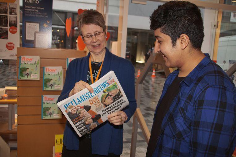 Deze 16-jarige Afghaanse vluchteling weet alvast wat hij aan de verkoopster moet vragen om de krant te kopen.
